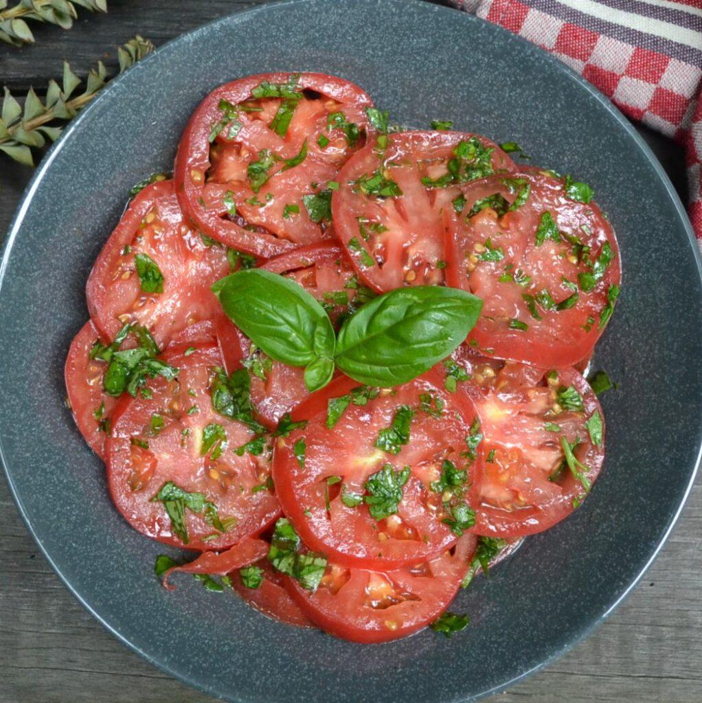 フレッシュハーブとトマトのサラダ
